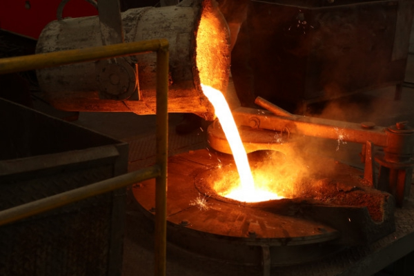 hierro-fundido-vierta-cucharon-horno-fusion_29362-102