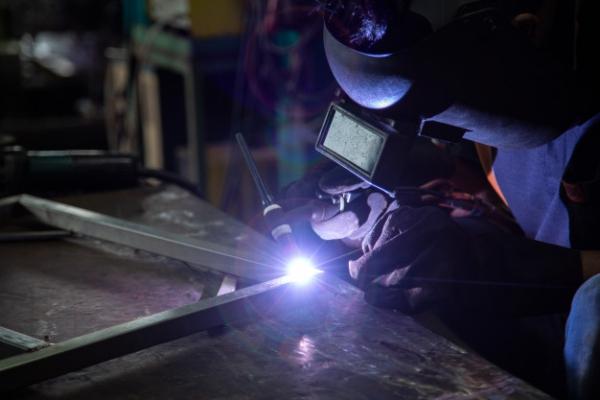 soldadura-argon-trabajadores-enmascarados-guantes-cuero-seguridad-soldadura-argon-industria-p_61243-161
